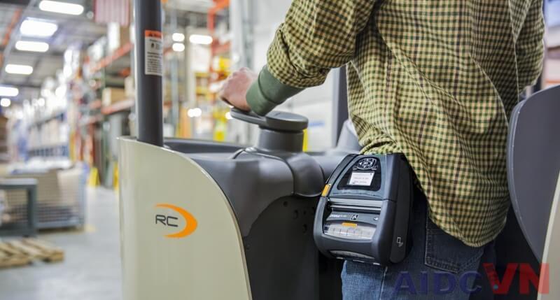 Máy in mã vạch cầm tay sử dụng trong quá trình di chuyển