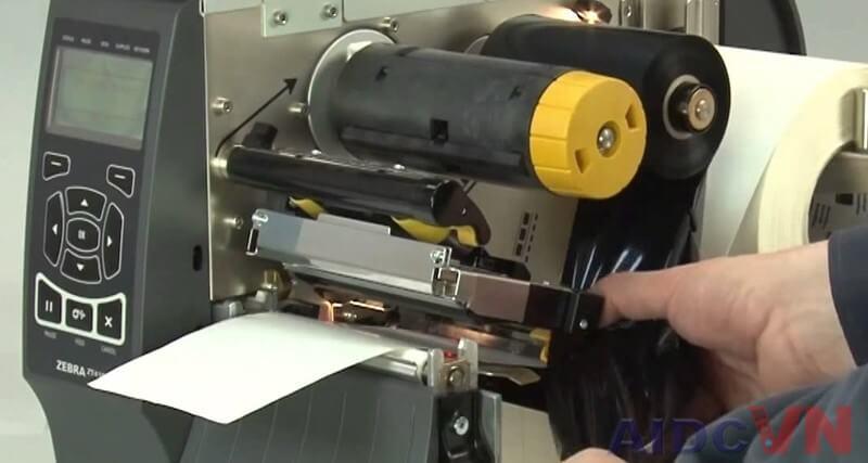 Thay mực cho máy in mã vạch Zebra ZT410