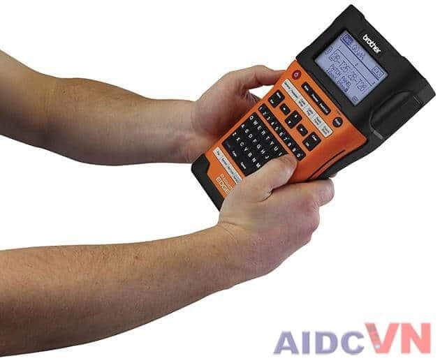 Máy in tem nhãn cầm tay Brother PT-E500 (E500VP)  phải sử dụng 2 tay để cầm thiết bị